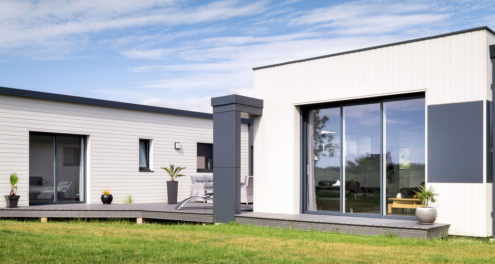 Maison contemporaine avec du bardage bois silverwood for Realisation maison contemporaine